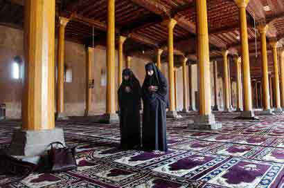 kashmiri women praying in Srinagar Juma Masjid