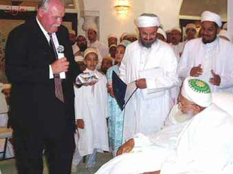 Syedna Mohammed Burhanuddin receiving key to the town of East Brunwick, NJ from Mayor William Neary