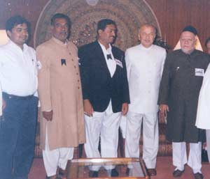 AP Muslim delegation led by Baqar Shaz (extreme right) meets Governor Shinde