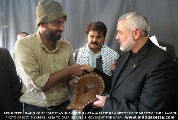 Bishruddeen Sharqi of Solidarity Youth Movement (Kerala) presents a gift to PM of Palestine Ismail Haniyeh