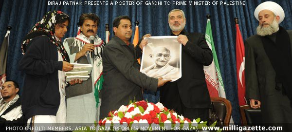 Biraj Patnaik presents a poster of Gandhi to the Prime Minister of Palestine